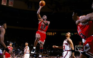 M. Jordan drives v Knicks