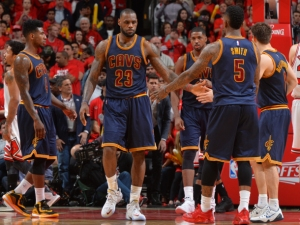 CHICAGO,IL : LeBron James #23 of the Cleveland Cavaliers gives his teammates fives after a play against the Chicago Bulls at the United Center During Game Four of the Eastern Conference Semifinals during the 2015 NBA Playoffs on May 10, 2015 in Chicago, Illinois NOTE TO USER: User expressly acknowledges and agrees that, by downloading and/or using this Photograph, user is consenting to the terms and conditions of the Getty Images License Agreement. Mandatory Copyright Notice: Copyright 2015 NBAE (Photo by Jesse D. Garrabrant/NBAE via Getty Images)